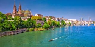 巴塞尔的老市中心和芒斯特大教堂和莱茵河,瑞士 免版税库存照片