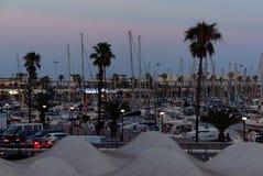 巴塞罗那及早eveing的游艇小游艇船坞 库存照片