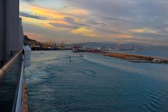 巴塞罗那口岸,巡航小船,从阳台的看法,美好的日落场面,旅行西班牙 免版税库存照片