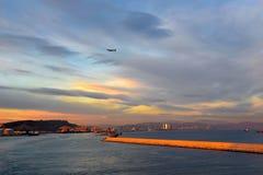 巴塞罗那口岸,美好的日落场面,在天空的平原,旅行西班牙 免版税图库摄影
