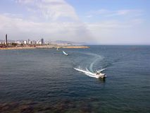 巴塞罗那小船海岸线速度 免版税库存照片