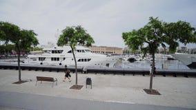 巴塞罗那市在卡塔龙尼亚西班牙历史都市风景欧洲建筑学的口岸街道乘快艇 股票录像