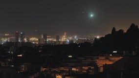 巴塞罗那的全景在与使飞机降落的晚上在距离 股票录像