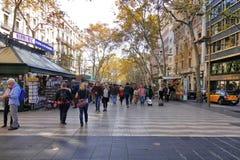 巴塞罗那著名la兰布拉走道和纪念品店游人的 库存图片