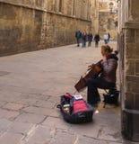 巴塞罗那街道的女性街道音乐家 库存照片