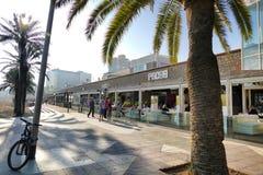 巴塞罗那西班牙沿海岸区酒吧和餐馆大阳台透视图与游人用餐的 免版税库存照片