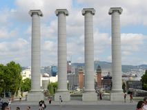 巴塞罗那西班牙 与游人的Montjuic专栏 免版税库存图片
