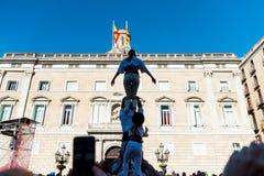 巴塞罗那西班牙 2018年2月11日:叫作castells的人的塔由在generalitat前面的儿童castellers建造 库存照片