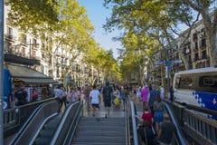 巴塞罗那西班牙 2017年9月05日:走在巴塞罗那兰布拉的匿名人民人群  库存照片