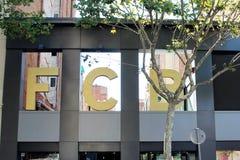 巴塞罗那,加泰罗尼亚,2016年8月 巴塞罗那足球俱乐部的象征在品牌商店上的在市中心 免版税图库摄影