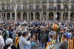 巴塞罗那,卡塔龙尼亚,西班牙, 2017年10月27日:人们庆祝表决在Parc Ciutadella附近宣告Catalunya的独立 图库摄影