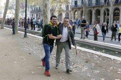 巴塞罗那,卡塔龙尼亚,西班牙, 2017年10月27日:人们庆祝表决在Parc Ciutadella附近宣告Catalunya的独立 免版税库存照片