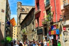 巴塞罗那,卡塔龙尼亚,西班牙- 2014年7月9日:中世纪街道看法在老镇在夏天 传统建筑学,人们,生活 免版税库存照片