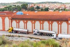 巴塞罗那,卡塔龙尼亚,西班牙- 2017年9月11日:在大厦旁边的槽车 复制文本的空间 免版税图库摄影