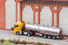 巴塞罗那,卡塔龙尼亚,西班牙- 2017年9月11日:在大厦旁边的槽车 特写镜头 复制文本的空间 库存照片