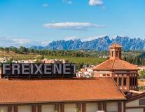 巴塞罗那,卡塔龙尼亚,西班牙- 2017年9月11日:大厦的看法在蒙特塞拉特山的谷的  免版税库存照片