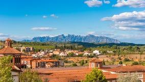 巴塞罗那,卡塔龙尼亚,西班牙- 2017年9月11日:大厦的看法在蒙特塞拉特山的谷的  免版税库存图片