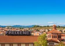 巴塞罗那,卡塔龙尼亚,西班牙- 2017年9月11日:大厦的看法在蒙特塞拉特山的谷的  库存图片
