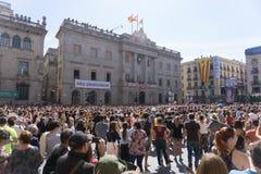 巴塞罗那,卡塔龙尼亚, 2017年9月24日:人们在一次Castellers旅途上在庆祝时 库存照片