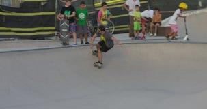 巴塞罗那,卡塔龙尼亚- 2017年7月26日:乘坐在滑行车和滑板的年轻十几岁在冰鞋停放 影视素材