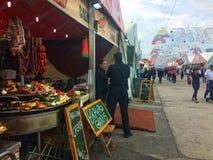 巴塞罗那,西班牙, 2018年5月:Тrade盘子用肉鸡在烹饪节日的香肠食物 库存照片