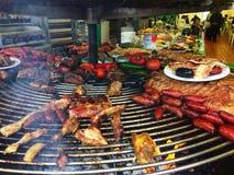 巴塞罗那,西班牙, 2018年5月:Тrade盘子用bbq肉在烹饪节日的香肠食物 免版税图库摄影