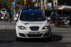 巴塞罗那,西班牙, 2017年8月8日:团结的支持者受西班牙警察瓜迪亚尔般那的保护 免版税图库摄影