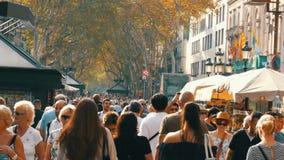 巴塞罗那,西班牙, 2017年9月22日:游人人群沿兰布拉街道去在巴塞罗那 股票录像