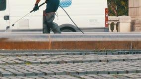 巴塞罗那,西班牙, 2017年9月22日:管理员清洗街道与水压 股票视频
