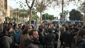 巴塞罗那,西班牙12 21 2018年:反对西班牙的政府和警察的加泰罗尼亚的民族主义的起义在巴塞罗那 股票录像
