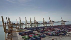 巴塞罗那,西班牙- 2017年4月, 15日 港口起重机和大容器围场空中射击  免版税库存照片