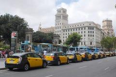 巴塞罗那,西班牙- 2014年8月:在广场de附近的大出租汽车汽车线 库存图片