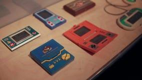 巴塞罗那,西班牙- 2018年9月:打的比赛过时的电子小配件在一张桌放置在博物馆, 影视素材