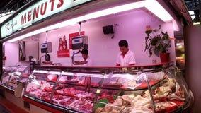巴塞罗那,西班牙- 2017年5月:Boquer的肉店工作者市场切产品 影视素材
