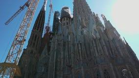 巴塞罗那,西班牙2018年9月 从下面射击在Sagrada Familia 修建最高的大教堂在世界 股票视频