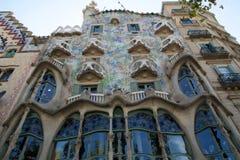 巴塞罗那,西班牙- 2017年8月30日, :弯曲在一个晴天塑造了Gaudi ` s住处Batllo,室外看法石门面  免版税库存图片