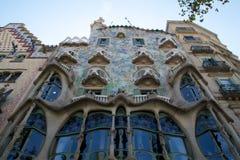 巴塞罗那,西班牙- 2017年8月30日, :弯曲在一个晴天塑造了Gaudi ` s住处Batllo,室外看法石门面  库存照片