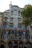 巴塞罗那,西班牙- 2017年8月30日, :弯曲在一个晴天塑造了Gaudi ` s住处Batllo,室外看法石门面  免版税图库摄影