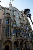 巴塞罗那,西班牙- 2017年8月30日, :弯曲在一个晴天塑造了Gaudi ` s住处Batllo,室外看法石门面  图库摄影