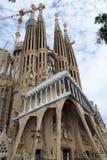 巴塞罗那,西班牙- 2017年8月30日, :Sagrada Familia圣洁家庭教会主要门面看法由西班牙语设计了 库存图片