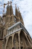 巴塞罗那,西班牙- 2017年8月30日, :Sagrada Familia圣洁家庭教会主要门面看法由西班牙语设计了 库存照片