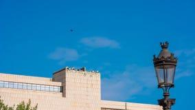 巴塞罗那,西班牙- 2017年10月3日:一个大厦的看法反对蓝天的 复制文本的空间 免版税图库摄影