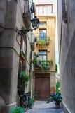 巴塞罗那,西班牙- 2016年4月19日:中世纪大厦在哥特式出生的区 免版税库存照片