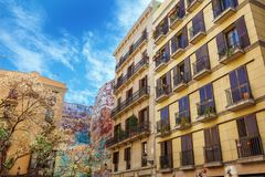 巴塞罗那,西班牙- 2016年4月19日:中世纪大厦在哥特式出生的区 库存照片