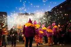 巴塞罗那,西班牙- 2018年2月10日:人们庆祝与烟花和人的传统加泰罗尼亚的correfocs打扮象邪魔 免版税库存照片