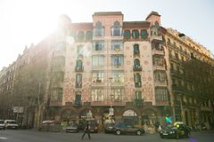 巴塞罗那,西班牙- 2016年3月30日:住处在街角的Llopis Bofill大厦 现代派住所 新哥特式样式 库存照片