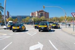巴塞罗那,西班牙- 2016年3月30日:在交叉路的汽车有红绿灯的 交叉点 都市的路 运输 库存图片