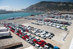 巴塞罗那,西班牙- 2016年3月30日:在停车处的新的汽车在海港 汽车出口和汽车进口 车发货 汽车 免版税库存照片