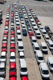 巴塞罗那,西班牙- 2016年3月30日:在行的新的汽车在停车处 汽车汽车出口和进口  车发货 汽车 库存图片