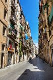 巴塞罗那,西班牙- 2016年4月19日:在distric哥特式的Barceloneta的中世纪大厦 库存照片
